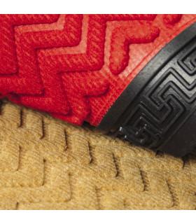 Dettaglio del tappeto d'ingresso in gomma e moquette greca