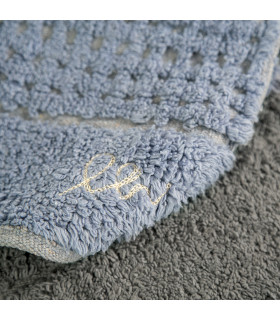 Dettaglio del tappeto da bagno sotto-lavabo blu